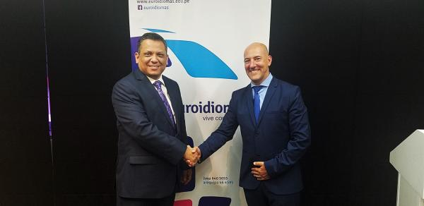 Executive Director shaking hands during ELI agreement in Peru
