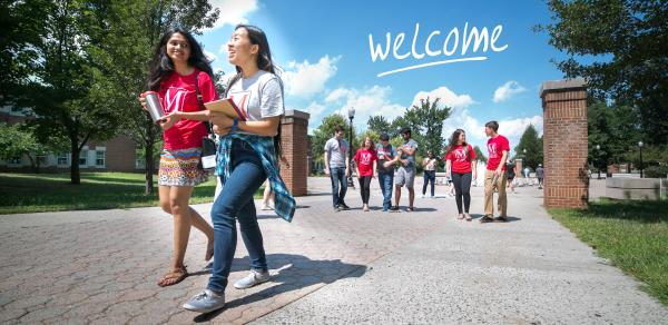 Students strolling through CSI Campus